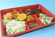 葬祭料理(煮染め・天ぷら・ポテトサラダ・煮魚・きんぴら・漬け物・果物)